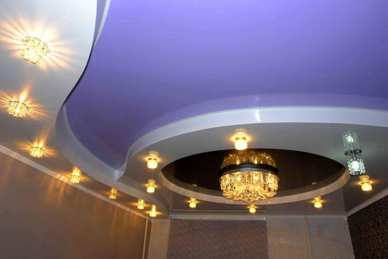 Многоуровневый натяжной потолок с элементами освещения, расположенными на коробе