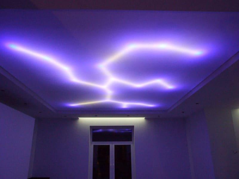 Светодиодные ленты, расположенные под натяжной частью двухуровневого потолка создают оригинальный эффект