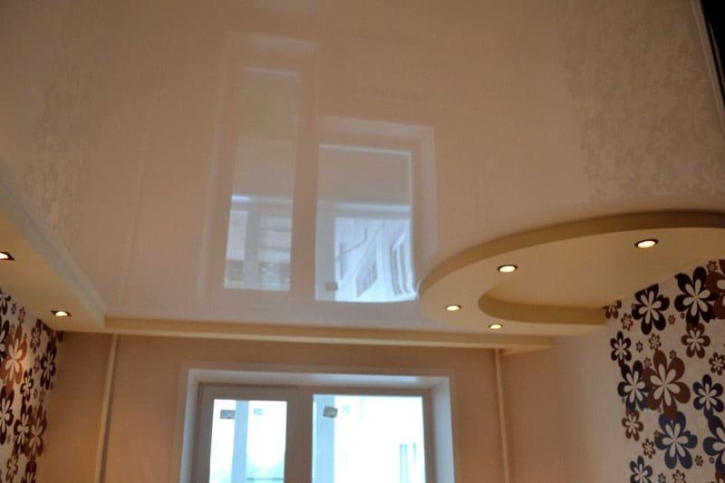 Глянцевая поверхность натяжного потолка имеет высокий отражающий эффект