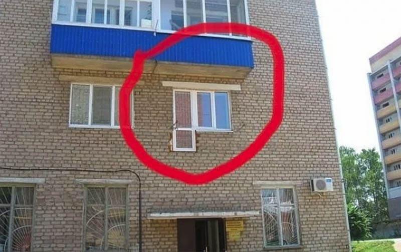 Оконный блок с выходом на балкон, который забыли установить