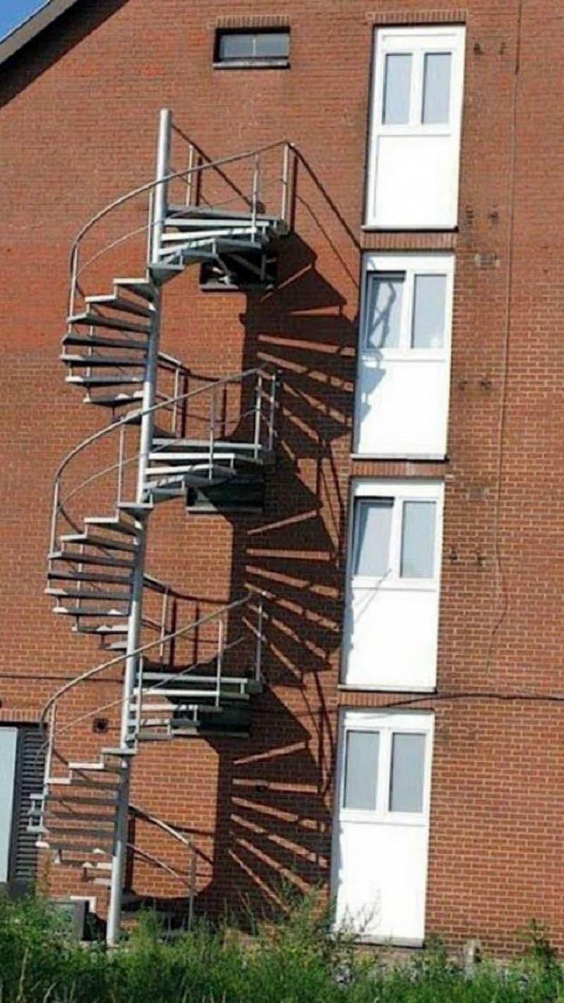 Лестница как декоративный элемент наружного украшения дома