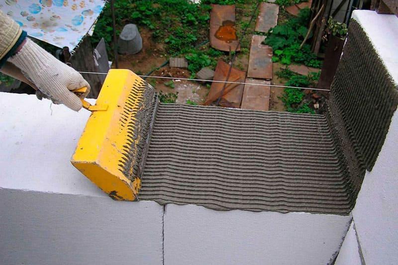 Процесс кладки из газобетона с использованием специинструментов для нанесения клея