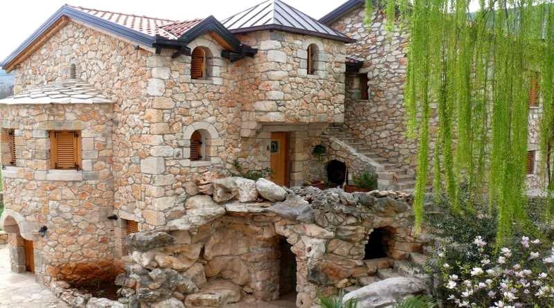 Дома из природного камня могут простоять столетия, но современные строители предпочитают более технологичные материалы