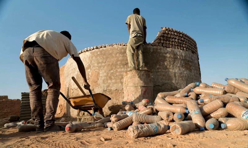 Пластиковые бутылки, заполненные песком, в качестве строительного материала