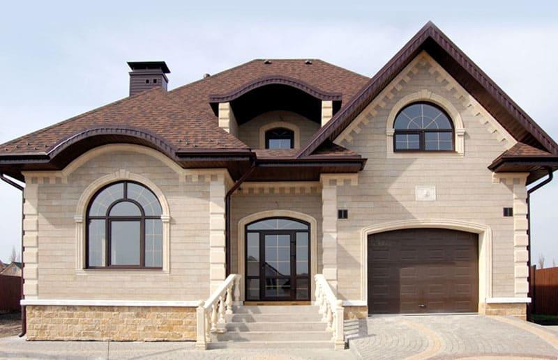 Фасад дома из тёсаного ракушечника не нуждается в дополнительной отделке
