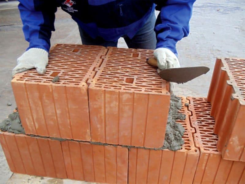 Процесс кладки из керамоблоков