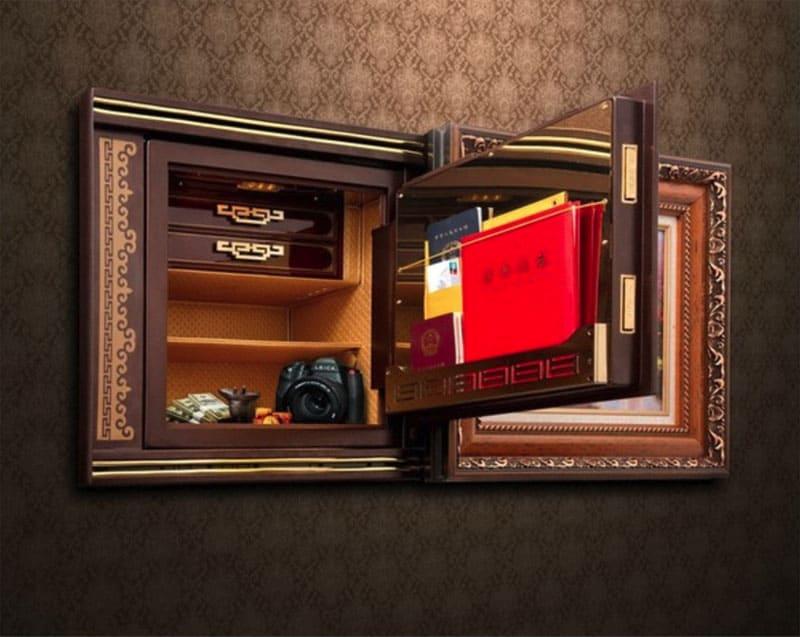 Картина просто отодвигается по направляющим, а за ней установлен сейф