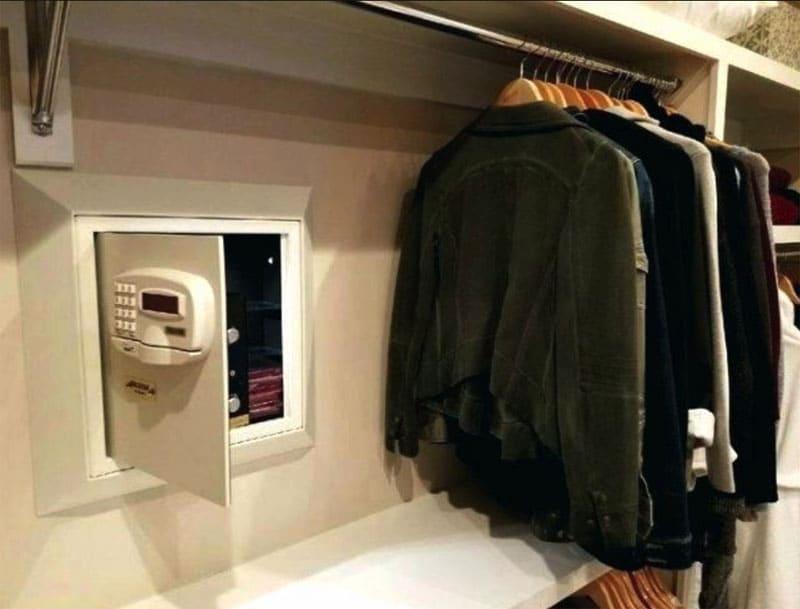 Сейф с электронным замком вмонтирован в заднюю стенку шкафа, за одеждой он не сразу бросается в глаза
