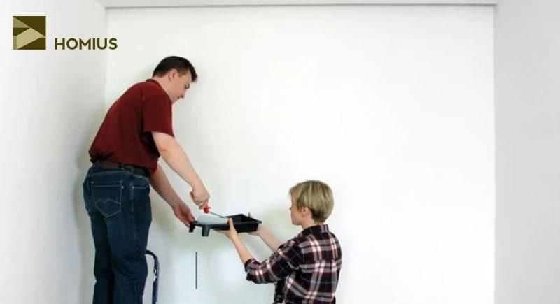 Первый этап – очистка стены от старых обоев или краски