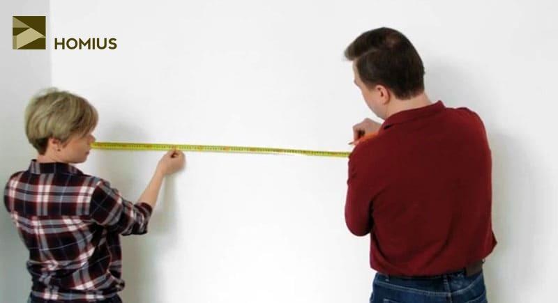 Отмеряем от края стены расстояние до стыковочного шва