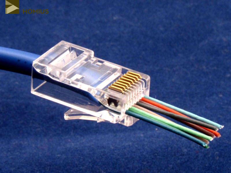 Изначально контакты выпирают вверх, а после обжима уходят внутрь коннектора