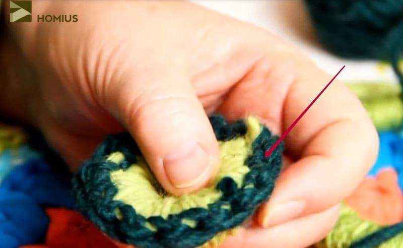 Обвязываем сердцевинку декоративной нитью контрастного цвета также столбиком