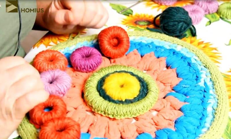 Мой любимый способ сокрытия нити во время вязания – выводить их в боковой шов