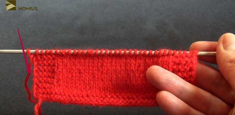 Когда до конца вашей пряжи остаётся примерно 7 см, прикладываем одну нить над другой