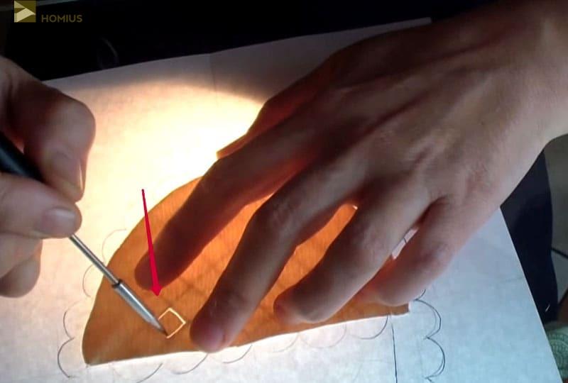 Квадратик вырезаем немного внутри очерченной линии, чтобы создать эффект сетки. Фактически «брид», это и значит сетка