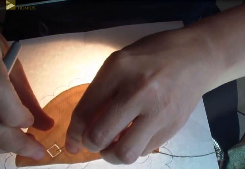 Чтобы убрать вырезанный брид, пользуемся обычной иголкой