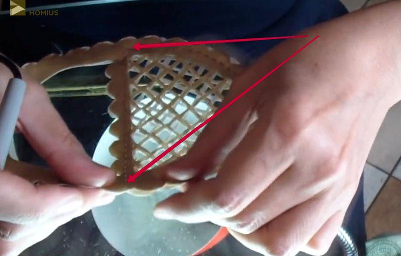 Соединяем две половинки светлой стороной внутрь, скрепляем паяльником в двух местах, чтобы наша основа не сдвигалась