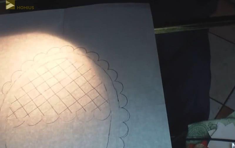 Включаем обычную настольную лампу (она прячется под столом) и, подсвечивая заготовку, работаем над задней частью корзинки