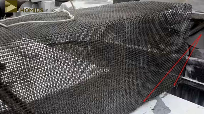 Прошивать соединение следует исключительно стальной вязальной проволокой