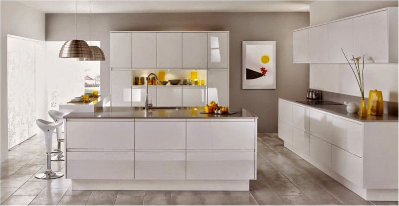 Белая мебель в стиле модерн придаёт кухне объём