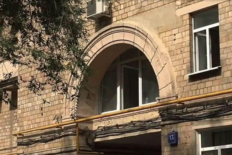Уникальная квартира расположена на втором этаже прямо над аркой