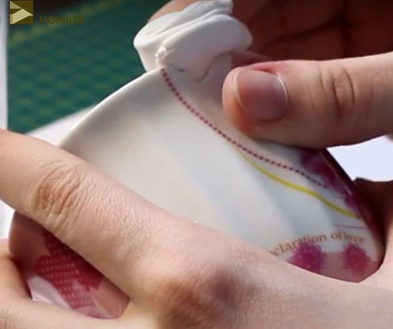 Прикладываем кусочек глины к сколу и как следует вдавливаем массу