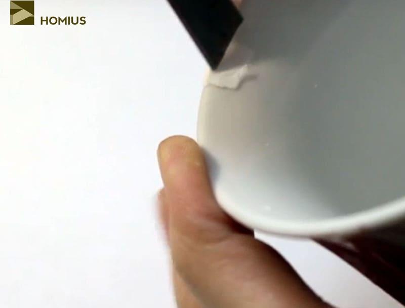 Осматриваем чашку и снова убираем излишки