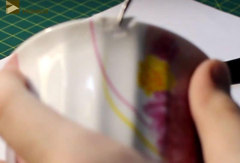 Полностью просохшую чашку уже можно восстановить. На место скола капаем каплю суперклея и аккуратно прижимаем наш осколок