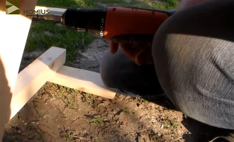 Выбираем наклон стойки спинки и фиксируем её при помощи саморезов