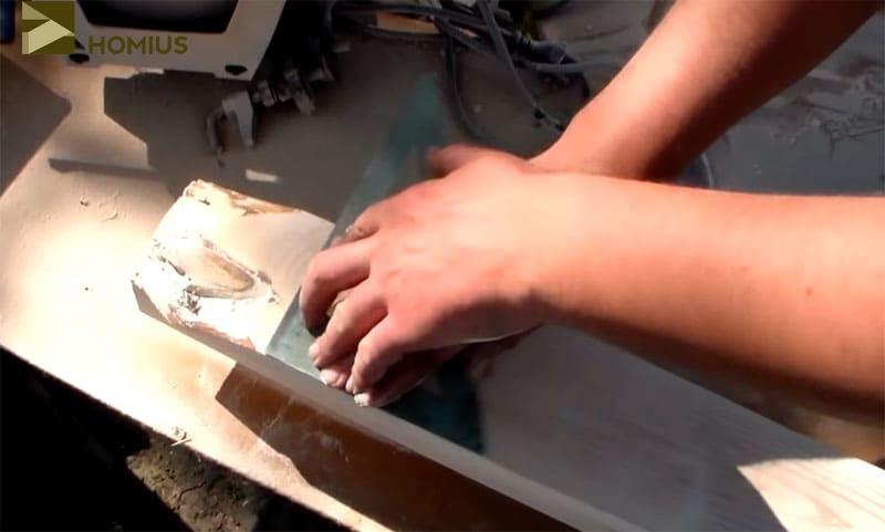 Отмечаем линию реза неровных краёв, которые могут помешать при изготовлении лавочки