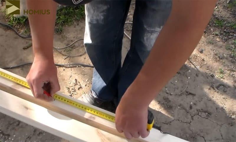 Отмеряем два отрезка бруса по 95 см для опорной части