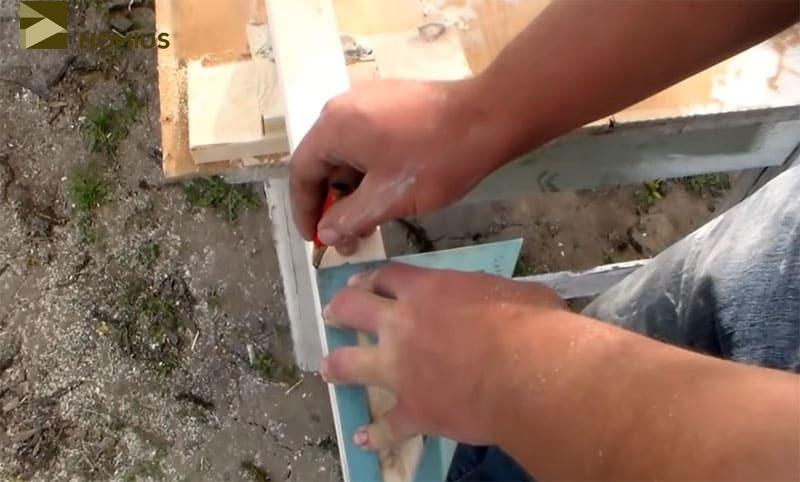 Три отрезка по 35 см, используемых в качестве соединителей досок для сиденья