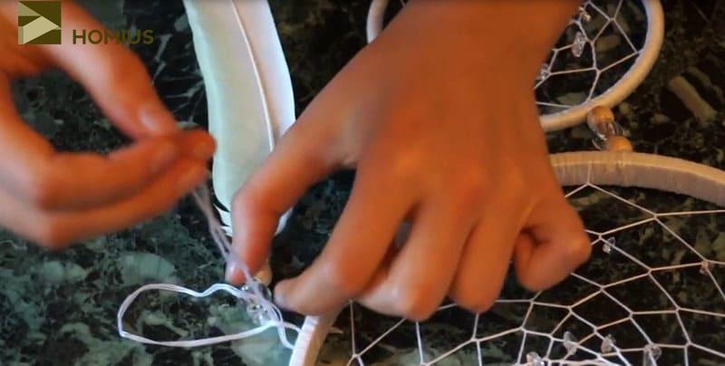 Декоративные элементы закрепляем снаружи обмотки, закрепляя их на узелок