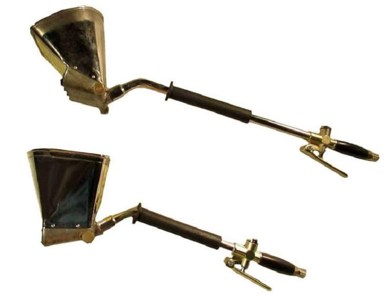 Два типа хоппер ковшей: сверху для потолочного нанесения (сопла направлены под углом к ёмкости вверх), снизу - стеновые