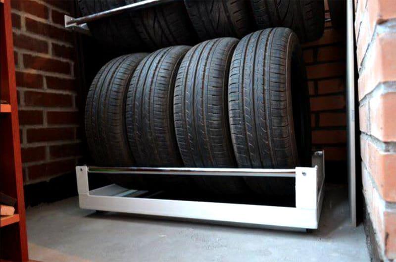 Небольшая полочка для вертикального хранения колес