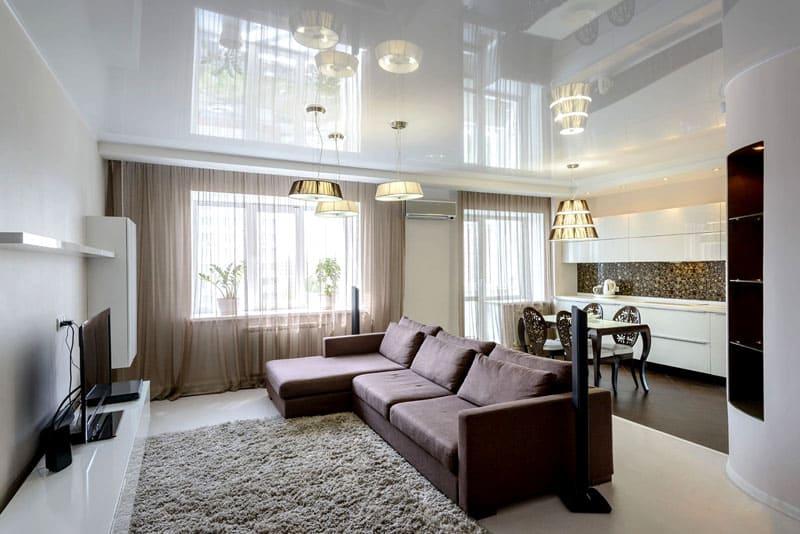 При использовании белого цвета, потолок создаёт фон, а не акцентирует внимание