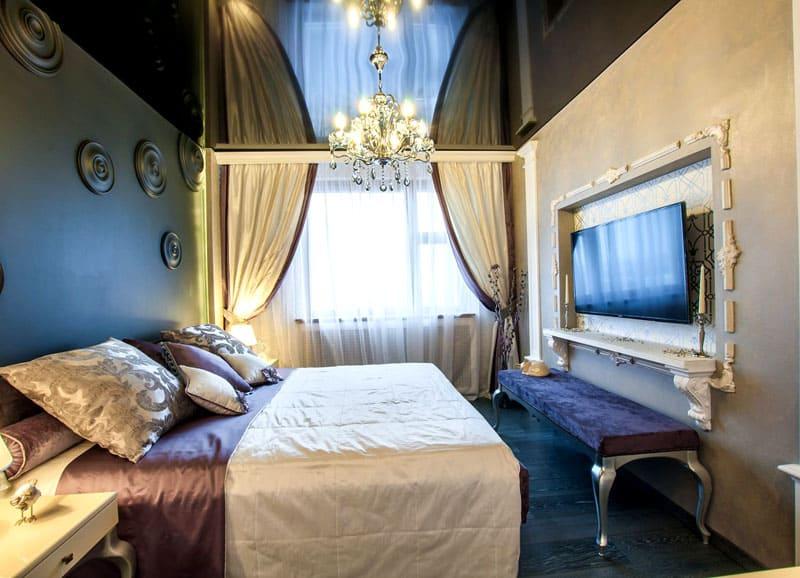 Чёрный одноуровневый потолок в спальне, оформленной в классическом эдвардианском стиле