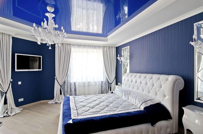 Пример оформления спальни с синим глянцевым потолком