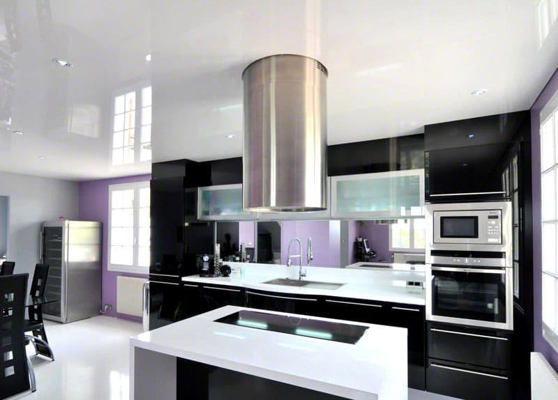 Не нужно бояться использовать для кухни белые глянцевые потолки. Этот материал чрезвычайно практичен и легко очищается с использованием обычных бытовых моющих средств