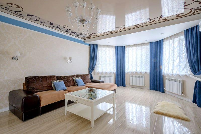 Бежевый потолок с ненавязчивым принтом создаёт в гостиной спокойную атмосферу