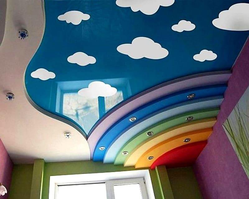 Многоуровневый потолок даёт возможность не только для художественного оформления, но и для организации освещения рабочего места