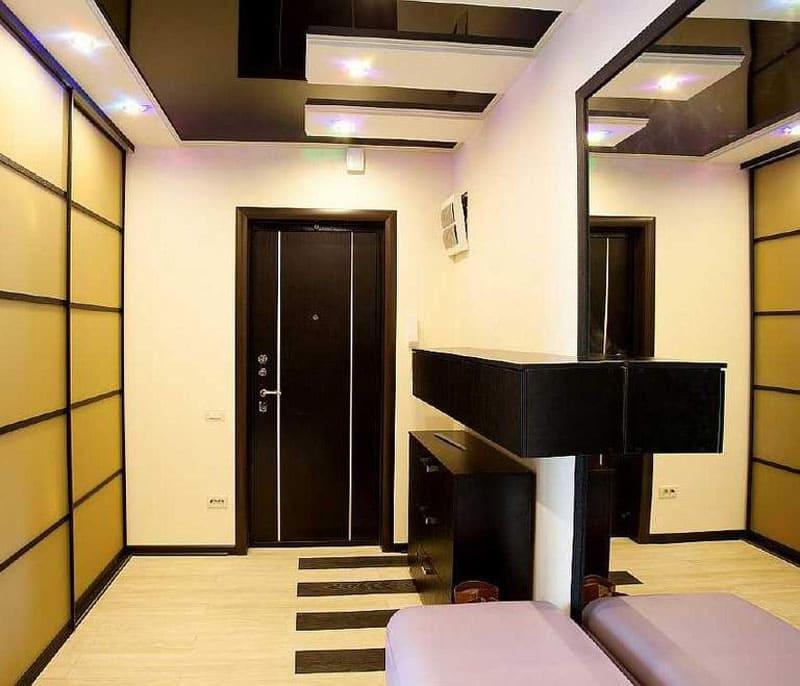 Глянцевый двухуровневый потолок чёрного цвета с точечным освещением зоны входа