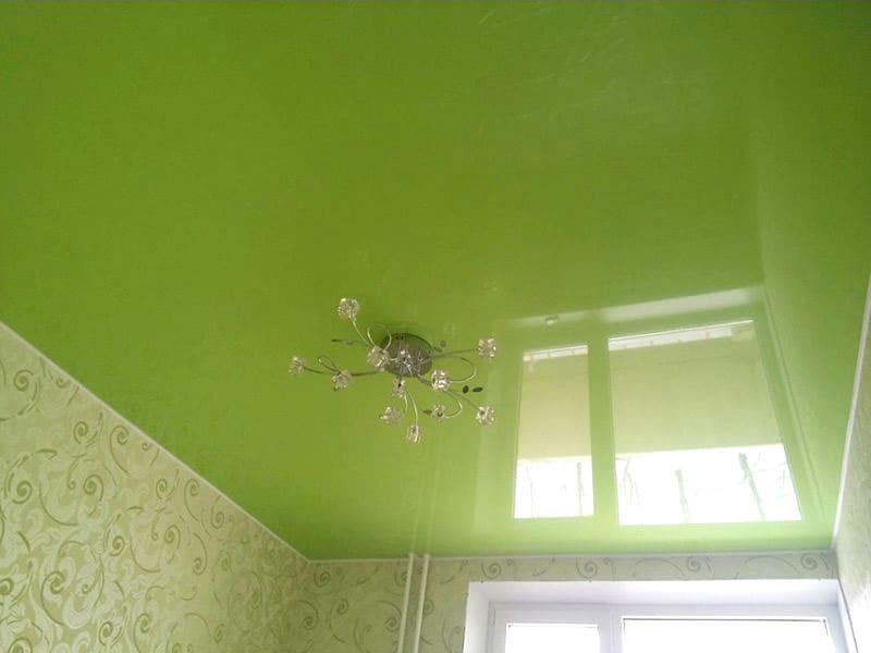 Одноуровневый глянцевый натяжной потолок