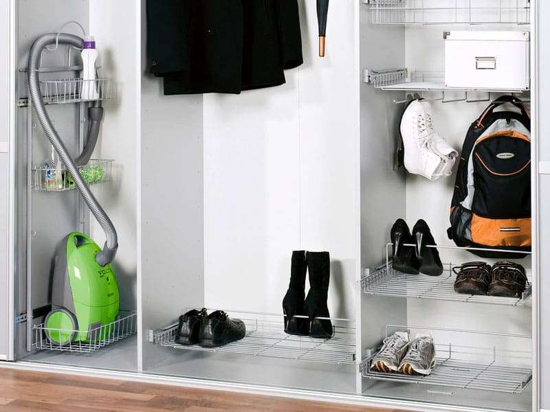 В шкафу нужно предусмотреть место для пылесоса