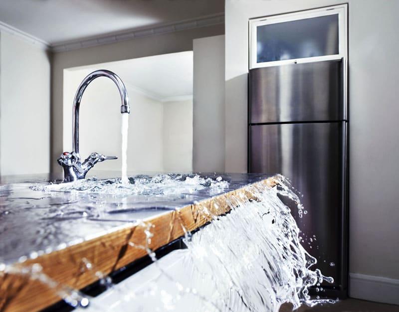 Причины потопа могут быть самыми банальными: забилась канализация или сорвало кран, пока вы на работе