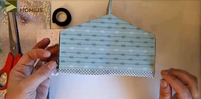 Для этого просто обклеиваем коробочку по периметру и аккуратно декорируем все швы