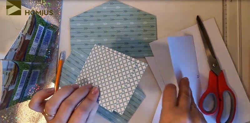 Как вы видите, я использовала 2 типа цветного картона. Такой вариант мне лично понравился тем, что не требуется дополнительных усилий при минимальных затратах