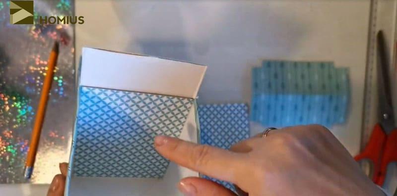 Элементы вырезаются по шаблону и просто вставляются внутрь