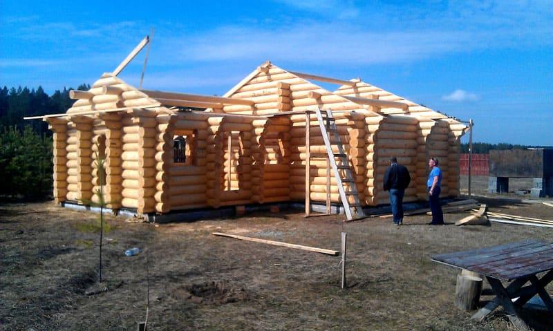 Есть такое понятие как «сушка дома» - это временной период, примерно полгода, когда древесина настаивается и теряет лишнюю влагу. Этот этап можно и нужно использовать с умом