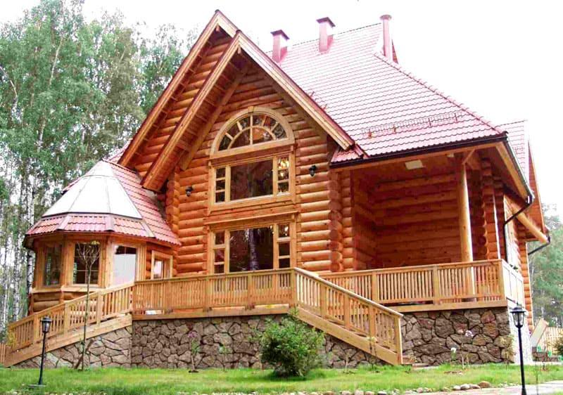 Деревянный дом должен «дышать», поэтому для создания правильного микроклимата не стоит злоупотреблять многослойной обшивкой, главное, использовать правильные пароизоляционные материалы